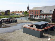 Betonbank DeLuxe Antraciet bij Wateringse Veld College in Den Haag