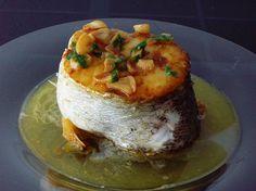 Vizcaya merluza a la ondarresa  el plato se compone sencillamente de un enorme centro de merluza acompañado de una deliciosa salsa de procedencia norteña y compuesta con aceite, ajo, vinagre y guindilla,