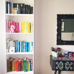 ❤️ Estante maravilhosa cheia de livros por Giovanna Ferrarezi