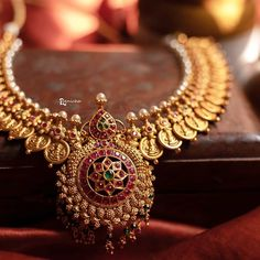 Ultimate 35 Gold Necklace Designs Images Of This Year South India Jewels Indian Wedding Jewelry, Bridal Jewelry, Indian Bridal, Indian Jewelry, Gold Jewellery Design, Gold Jewelry, Jewelry Necklaces, Gold Earrings, Jewelry Logo