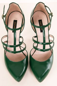 Escada emerald green pumps to go with that white dress. Pretty Shoes, Beautiful Shoes, Crazy Shoes, Me Too Shoes, Mode Shoes, Zapatos Shoes, Girls Heels, Chic Chic, Shoe Gallery