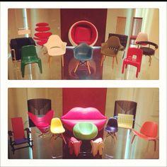 Sonho de consumo, uma mini cristaleira de mini cadeiras de design