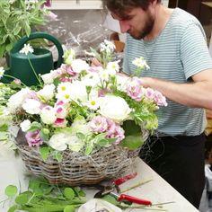 Easter Flower Arrangements, Artificial Floral Arrangements, Beautiful Flower Arrangements, Simple Wedding Bouquets, Floral Bouquets, Deco Floral, Arte Floral, Flower Box Gift, Flying Flowers