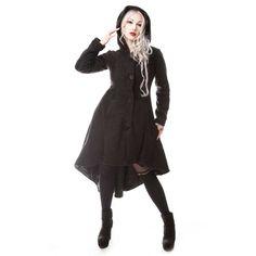 Poizen Industries. Een zwarte winterjas met een capuchon en lang uitlopende achterkant. Deze winterjas heeft een zwarte nepbont versiering rond de capuchon. Op de achterkant van de jas zit een zwart lint geregen in de stijl van een corset. De voering van de jas is zwart en gemaakt van een polyester satijnen stof. De jas heeft op de voorkant een ritssluiting met daar bovenop knopen.
