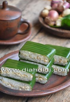 Diah Didi's Kitchen: Lemper Ayam Indonesian Desserts, Indonesian Cuisine, Asian Desserts, Asian Recipes, Indonesian Recipes, Savory Snacks, Healthy Snacks, Food N, Food And Drink