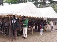 雨の中でも盛大に『振る舞い 餅つき大会(主催:巴会)』