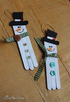 I bastoncini di legno sono un materiale veramente molto versatile, con cui si può facilmente scatenare la fantasia. Si possono organizzare in tantissime forme diverse e decorare per ogni occasione. Creare oggetti con i bastoncini dei ghiaccioli è un ottimo modo per giocare con i bambini al riciclo creativo: si… Christmas Decorations For Kids, Christmas Crafts To Make, Christmas Ornament Crafts, Homemade Christmas, Christmas Projects, Christmas Crafts For Kids, Christmas Holidays, Popsicle Stick Crafts, Craft Stick Crafts