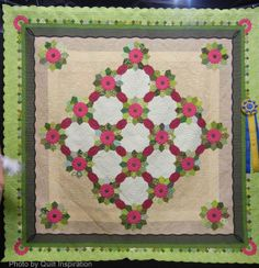 We can't get enough of this beautiful floral quilt pattern!