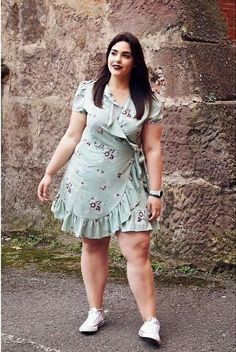 Plus Size Summer Outfit with A Classic Wrap Skirt From Asos and White Tee and White Sneakers Vestidos Plus Size, Plus Size Dresses, Plus Size Outfits, Curvy Girl Outfits, Curvy Women Fashion, Womens Fashion, Ladies Outfits, Looks Plus Size, Plus Size Model