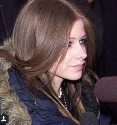 Avril Lavigne as a brunette, gorgeous makeup 2002 she's so pretty:]