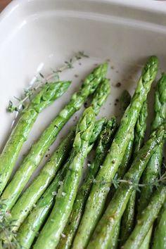 Grüner Spargel mit Zitronen-Thymian-Butter – perfekt als Grillbeilage | eatbakelove