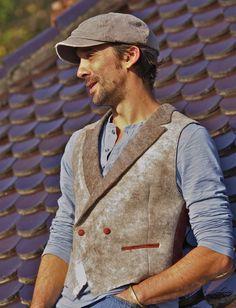 Gilet Homme porté par Stef- Elisabeth Berthon www.lolabastille.com Nuno Felting, Felt Art, Wool Felt, What To Wear, Textiles, Mens Fashion, My Style, Jackets, Clothes