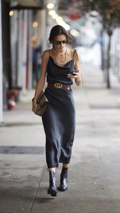 Alessandra Ambrosio, Smart Casual Outfit, Casual Chic, Casual Outfits, Summer Outfits, Dress Casual, Sweater Outfits, Classy Outfits For Women, Ladies Outfits