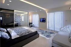 faux plafond blanc avec un éclairage intégré dans la chambre à coucher moderne