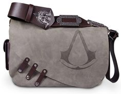 That Assassin's Creed Black Flag Leather Messenger Bag Jaysus, it's expensive tho Assassin's Creed Black, Assassins Creed Black Flag, Deutsche Girls, Estilo Tomboy, Satsuriku No Tenshi, Things To Buy, Geek Stuff, Mens Fashion, Fashion Bags