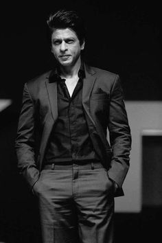 Formals on srk is just wowww💕😍 Kajol Dilwale, Shahrukh Khan Family, Shahrukh Khan And Kajol, Celebrity Babies, Celebrity Photos, Happy New Year Movie, Kal Ho Na Ho, Don 2, Richest Actors