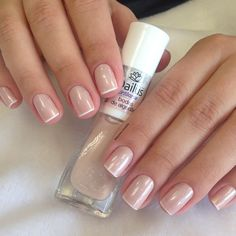 The advantage of the gel is that it allows you to enjoy your French manicure for a long time. There are four different ways to make a French manicure on gel nails. Glitter Nail Polish, Nude Nails, My Nails, Acrylic Nails, Classy Nails, Stylish Nails, Simple Nails, French Nails, Manicure E Pedicure