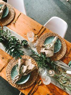 Bei dieser rustikal-modernen Hochzeitsdekoration haben wir uns für waldgrüne Keramikteller und einem Tischläufer aus Eucalyptus entschieden, die wirklich perfekt zu dem goldenen Besteck passen, finden wir 😊 (#Werbung wegen Verlinkung) Fotograf: @saschagriesephoto Location: Lilienthalhaus Braunschweig . . . #hochzeit #braunschweigliebe #hochzeitbraunschweig #braunschweig #verlobungbraunschweig #hochzeit2021 #hochzeitslocationbraunschweig #heiratenbraunschweig Gift Wrapping, Rustic, Gifts, Rustic Modern, Flatware, Getting Married, Advertising, Gift Wrapping Paper, Country Primitive