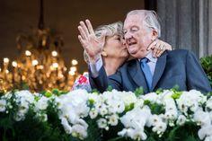 Albert II, rei da Bélgica, recebe um beijo da rainha Paola enquanto acenam para a multidão da varanda da Câmara Municipal em Liège, na Bélgica - http://epoca.globo.com/?ver=http://epoca.globo.com/tempo/fotos/2013/07/fotos-do-dia-19-de-julho-de-2013.html (Foto: AP Photo/Geert Vanden Wijngaert)