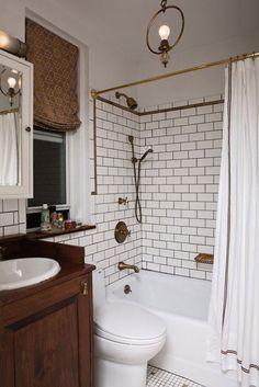 Salle de bain rétro, bois et carrelage blanc