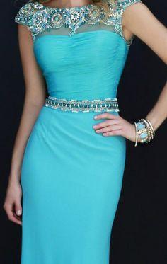 Vestidos: en color azul cielo y pedrería