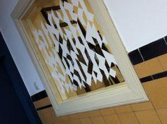Een raam versierd tegen inkijk. Al het standaard plakfolie vond ik zo lelijk dat ik zelf een patroon heb ontworpen en die met raamstift op het raam heb getekend. Nu nog 1 raam en een deur doen.