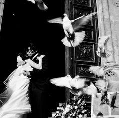 Un coppia di sposi fuori della chiesa di San Francesco d'Assisi nel centro di Palermo, giugno 2012. - (Mimi Mollica)
