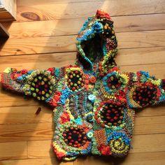 Manteau de bébé crocheté en crochet-fou ou free-crochet.