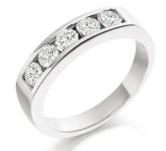 Alianza de compromiso elegante con cinco diamantes brillantes engastados en carril. Una alianza de pedida clásica en sus formas pero llamativa por el brillo y la dimensión de sus diamantes.  Es la alianza de compromiso por excelencia, ya que une la sencillez de su diseño, la belleza del engaste en carril de los diamantes, con una importancia tanto en el peso en oro del anillo como en la dimensión de los diamantes que la componen. Puedes adquirirlo en www.joyeriaydiamantes.com