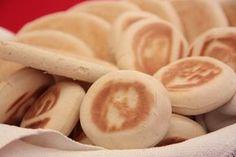 Originarie delle zone montane dell'Appenino emiliano, le tigelle sono molto amate in tutta Italia. L'impasto è facile da preparare anche a casa. Arricchitele con il ripieno tipico a base di lardo.