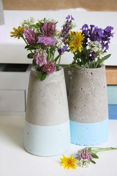 Kegelförmige Betonvase dipped im Kreide-Look selber machen! Vorbild ist Designervase ›Tube‹ von House Doctor | DIY Anleitung