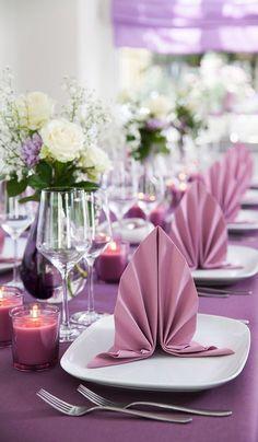 ▷ 1001 + tutorials and models of napkin folding .- ▷ 1001 + tutoriels et modèles de pliage de serviette en papier ou en tissu deco-table-cloth-wedding-purple vase-in-glass-purple-bunch-of-pink-white-pink candles - Serviettes Roses, Paper Serviettes, Diy Wedding Napkins, Wedding Table, Wedding Napkin Folding, Paper Napkin Folding, Folding Napkins, Rosa Tattoo, Ideas