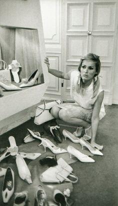 Ursula Andress gibi ikonik birer Bond kızı değiliz ama fotoğrafta yaşadığı durumla empati yapmak kolay.