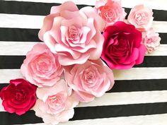 Fondo de flores de papel para bodas y eventos - otras opciones de color disponibles. Estas flores hará que cualquier espacio parezca un escaparate. Usan como telón de fondo o un área de la foto. Colocar en pequeñas agrupaciones alrededor de tu evento para crear zonas de interés y esa recepción los invitados. Las flores están respaldadas con un tablero resistente para mostrar. El cable opcional permite la instalación de aspecto profesional con facilidad. Estas floraciones asombrosamente d....