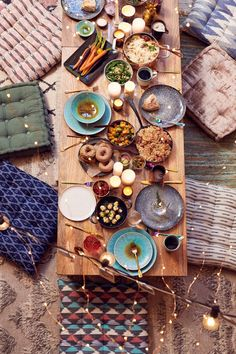 How To Host Thanksgiving - Small Space Dining Ideas Host Thanksgiving—without a table Hosting Thanksgiving, Floor Seating, Low Tables, Head Tables, Party Tables, Dessert Tables, Dinner With Friends, Decoration Table, Dining Room Design