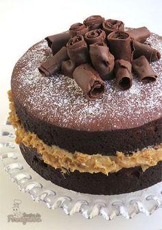 Bolo de chocolate fofinho e saboroso com recheio de nozes. Vem ver como é simples fazer o Naked Cake de Chocolate com Brigadeiro de Nozes Sweets Cake, Cupcake Cakes, Bolo Pullman, Naked Cakes, Number Cakes, Sweet Pie, Drip Cakes, Love Cake, Savoury Cake
