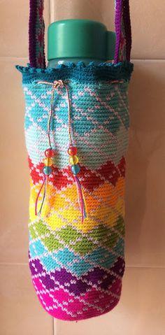 The Moody Homemaker: Tapestry Crochet - Water Bottle Carrier / Holder Crochet Home, Crochet Gifts, Cute Crochet, Knit Crochet, Crochet Bags, Crochet Baskets, Freeform Crochet, Tapestry Crochet, Tunisian Crochet