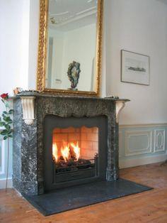Klassieke inbouw haard in diepe zwart marmeren schouw   Profires · inspiratie voor sfeerverwarming