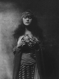 The gypsy fortune teller Circus Vintage, Vintage Gypsy, Vintage Witch, Vintage Carnival, Vintage Halloween, Vintage Photographs, Vintage Images, Magick, Witchcraft
