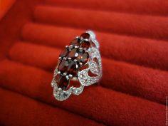 """Купить """"Вринда"""" - серебряное кольцо с красными цейлонскими гранатами - ярко-красный, кольцо с гранатами"""