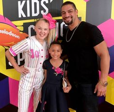 Roman Reigns and his daughter JoJo, and JoJo Siwa at the Nickelodean Kids Choice Sports Kids Choice Sports, Kids Choice Award, Choice Awards, Wwe Superstar Roman Reigns, Wwe Roman Reigns, Roman Reigns Family, Wwe Funny, Roman Reings, Sports Awards
