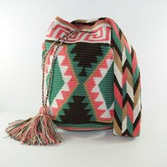 Wayuu Çanta Modelleri Mochila Crochet, Crochet Tote, I Love Fashion, Boho Fashion, Tapete Floral, Tapestry Crochet Patterns, Tapestry Bag, How To Start Knitting, Handmade Bags