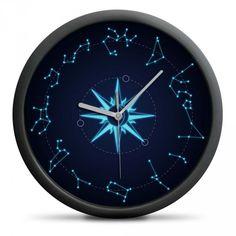 Tyto nástěnné hodiny nejsou jen obyčejnými hodinami… Na místě, kde byste obvykle čekali číslice, najdete místo nich zodiakální souhvězdí, a uprostřed kompasovou růžici ukazující světové strany. To vše ve světle modré barvě na tmavě modrém pozadí, takže souhvězdí budou vypadat, jako byste se na ně opravdu dívali na obloze, a hodiny budou slušet jakkoliv barevné zdi