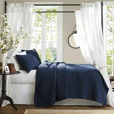 chambre de style marin, meuble marin, coussins décoratifs marrins, rideaux blancs longs