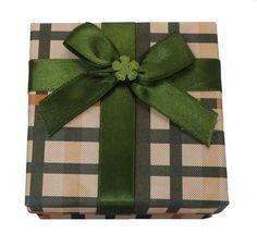 O papel xadrez com uma bela fita, faz um pacote de presente especial.