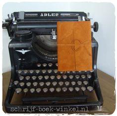 Handgemaakte kaft van helder oranje suède om een A6 notitieboekjes. Verkocht, maar meer van dit suède beschikbaar. Mail info@schrijf-boek-winkel.nl