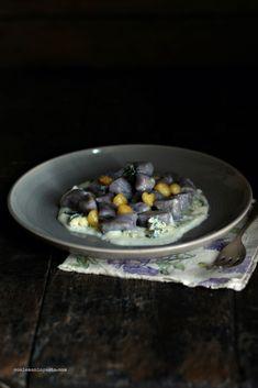 Gnocchi di patate viola con fonduta di Bleu d'Aoste e mele caramellate al timo