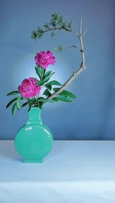 Ikebana Flower Arrangement, Ikebana Arrangements, Flower Vases, Flower Art, Tropical Floral Arrangements, Flower Arrangements Simple, Arreglos Ikebana, Ikebana Sogetsu, Oriental Flowers