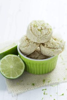 Key Lime Pie Macaroons (Coco-Roons) - Spoonful of Flavor Key Lime Pie Macaroons are a healthy cookie that you will love! They are made with fresh limes and coconut cream and are gluten free, dairy free, vegan and raw! Köstliche Desserts, Gluten Free Desserts, Delicious Desserts, Yummy Food, Diabetic Desserts, Healthier Desserts, Raw Food Recipes, Cookie Recipes, Snack Recipes