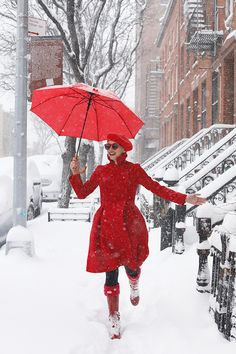 Snow outfit ideas that pop! A head to toe red look for holiday // red beret and red coat Red Winter Coat, Fall Coats, Winter Style, Winter Snow, Snow Fashion, Winter Fashion, Red Brolly, Fashion Sites, Fashion Trends